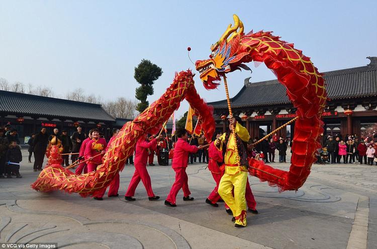 Người dân Bứa Dương, tỉnh An Huy, Trung Quốc đang múa rồng chào đón năm mới Mậu Tuất.