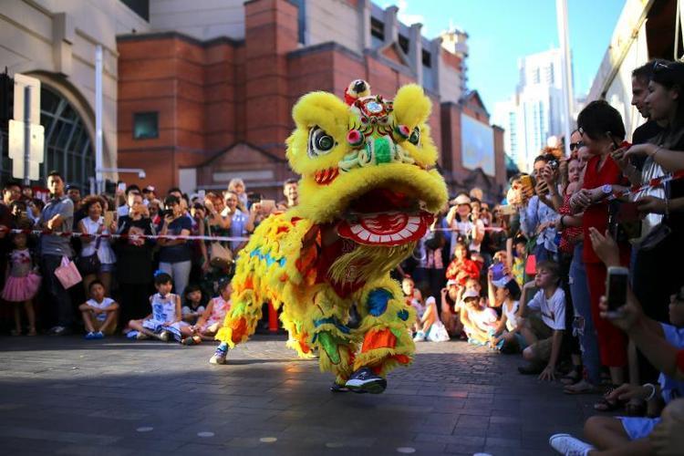 Rất đông người dân hòa mình vào không khí tươi vui do đội múa lân ở thành phố cảng Sydney, Australia mang lại.