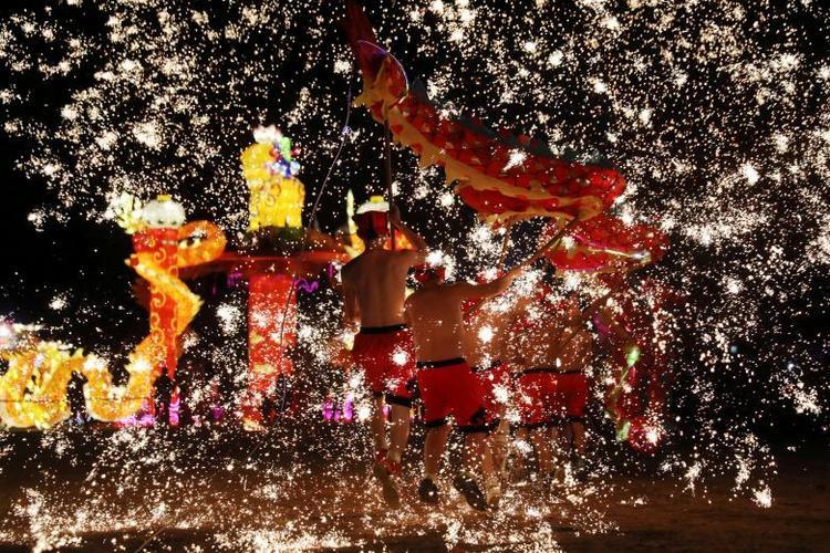 Các nghệ sĩ dân gian đang múa rồng lửa ở Thương Khâu, Hà Nam, Trung Quốc.