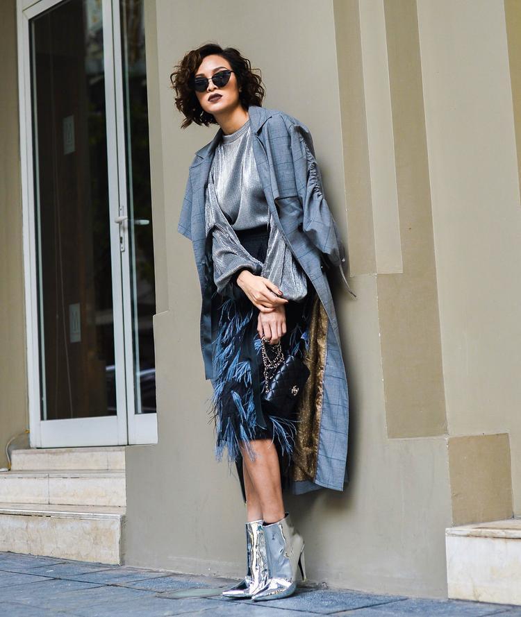 """Siêu mẫu kết hợp trang phục với boots ánh kim sang chảnh đồng điệu với chiếc áo. Ngoài ra, chiếc kính đen cũng giúp hình ảnh Phương Mai trông thật """"ngầu""""."""