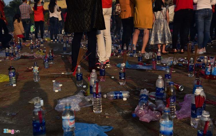 Khách đến lễ ở tượng đài Quán thế âm lâu nay thường dùng một chai nước suối và thẻ hương. Sau khi khấn vái họ uống nước đó lấy may. Sau khi làm lễ xong họ để lại các chai nước cùng các chân nhang đã cháy hết.