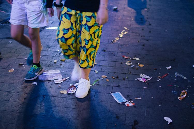 Vỏ bánh kẹo, khẩu trang, tàn thuốc lá, vỏ trái cây… ngổn ngang trên lòng đường phố đi bộ.Ảnh: Hữu Nghĩa