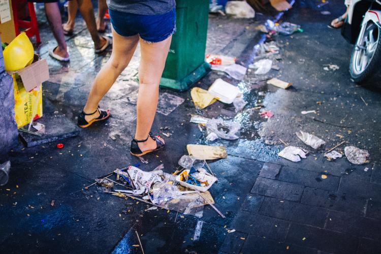 Rất nhiều rác được vứt tùm lum, cho thấy ý thức kém của một bộ phận người dân.Ảnh: Hữu Nghĩa