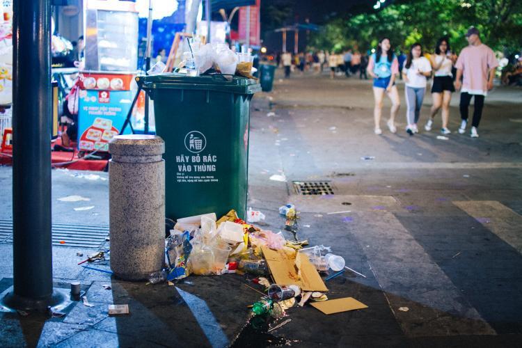 Phố đi bộ bố trí rất nhiều thùng rác, nhưng rác thải vẫn được vứt ngổn ngang như thế này. Ảnh: Hữu Nghĩa