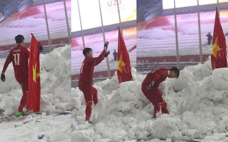 Duy Mạnh cắm cờ tổ quốc sau trận chung kết.
