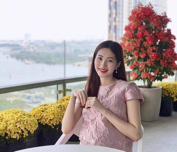 Vì có thai nên Hoa hậu Đặng Thu Thảo chọn cho mình chiếc đầm suông dáng rộng, tông màu hồng nhạt giúp nổi bật nàng da trắng sáng của cô.