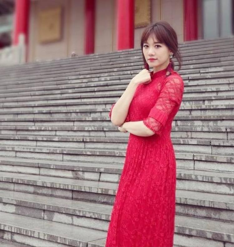 Hari Won chọn áo dài đỏ xuống phố trong mùng 2 Tết.