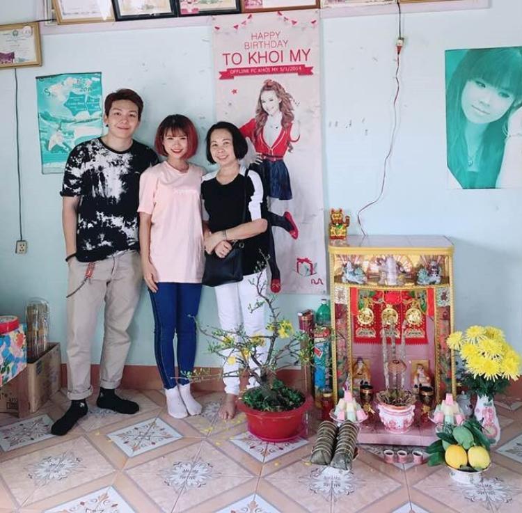Vợ chồng Khởi My - Kelvin Khánh cực đơn giản với áo thun và quần jean khi về thăm nhà.