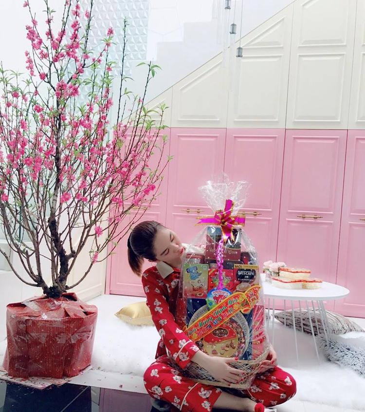 Ngọc Trinh mặc trang phục đơn giản khi ở nhà.
