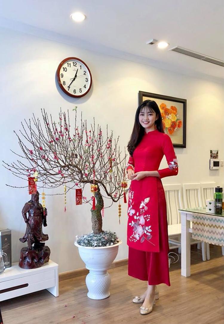 Á hậu Thanh Tú chọ cho mình chiếc áo dài đỏ rực xinh xắn.