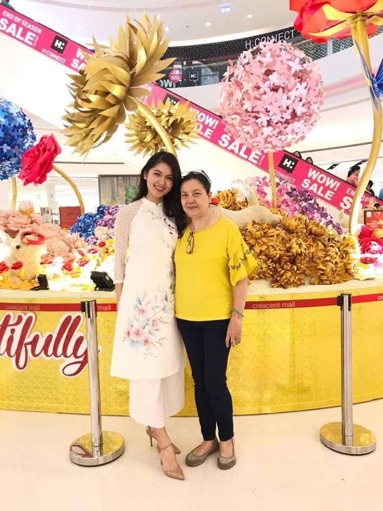 Á hậu Thùy Dung chọn mặc chiếc áo dài trắng để du xuân cùng người thân.