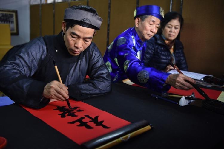 Những nét bút thư pháp như rồng bay phượng múa, với mong muốn mang lại cho người xin chữ may mắn trong dịp năm mới. Ảnh: VnExpress.