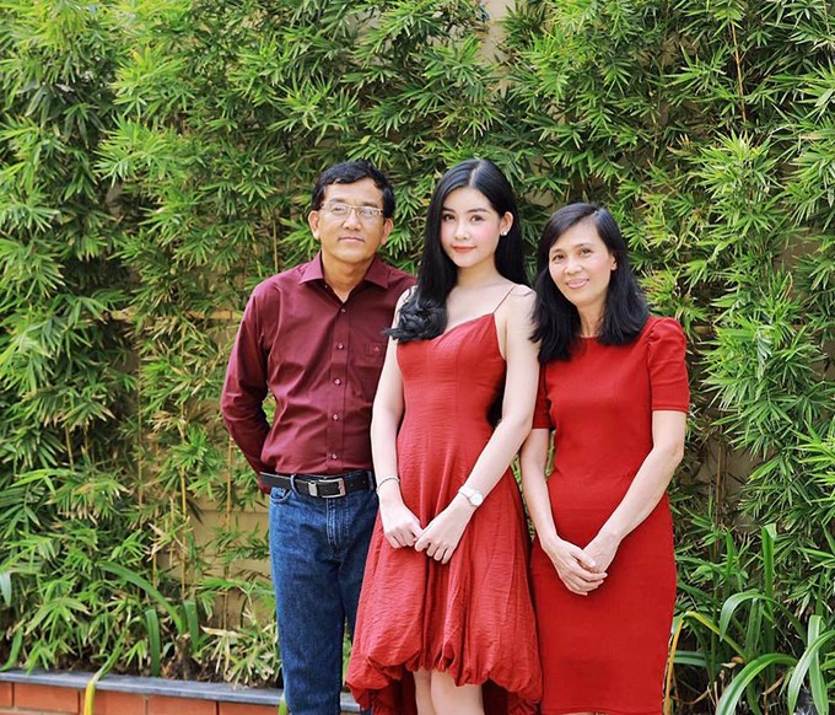 Gia đình Hoa hậu Đại dương Ngân Anh lựa chọn tông đỏ để chưng diện khi xuống phố ba ngày Tết. Hoa hậu cùng mẹ diện trang phục đỏ tươi đem đến vẻ nổi bật thì ba của cô lại mặc áo sơ-mi đỏ đô, thể hiện vẻ nam tính.