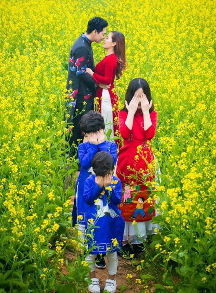 Áo dài cũng là trang phục được gia đình MC Phan Anh lựa chọn du Xuân. Nam MC cùng các con trai diện tà áo màu xanh, thì vợ cùng con gái của anh lại chưng diện áo dài đỏ rực rỡ.