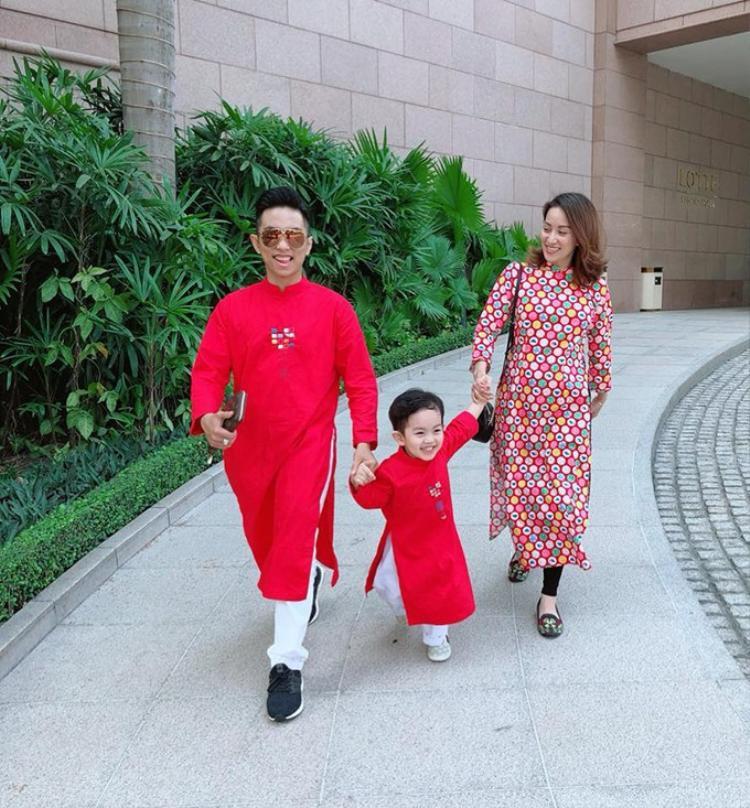 Áo dài tông màu nóng với chi tiết chấm bi cũng là lựa chọn của Phan Hiển, Khánh Thi trong ngày đầu năm mới.