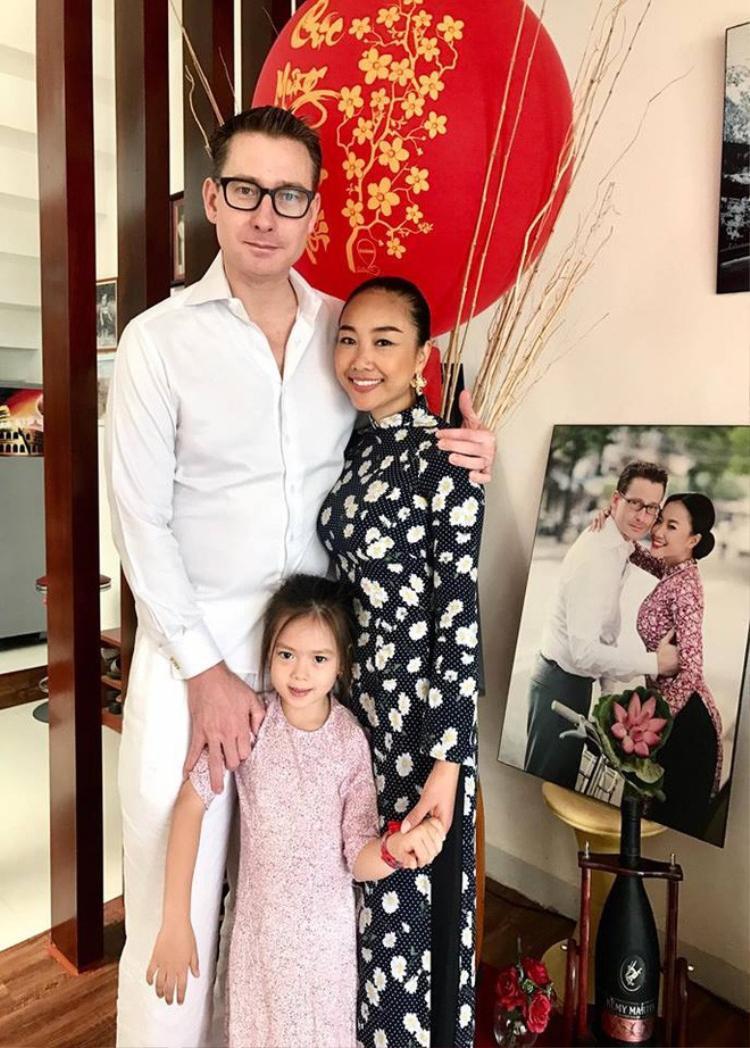 Gia đình Đoan Trang lại lựa chọn tông màu đen, trắng khi xuống phố ba ngày Tết. Con gái cũng được lựa chọn áo dài in hoa nhí đồng điệu với mẹ.