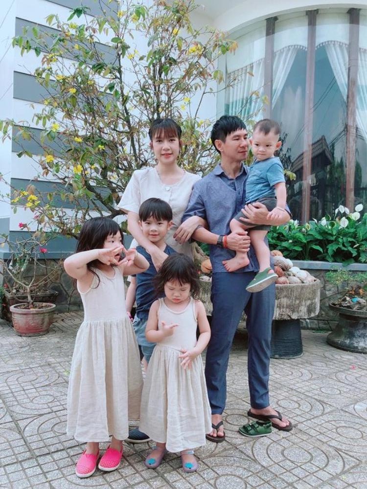 """Cùng ý tưởng diện trang phục """"tông xuyệt tông"""" còn có Lý Hải, Minh Hà. Đại gia đình lựa chọn tông xanh denim cùng gam màu trắng hồng nhẹ nhàng khi xuống phố."""