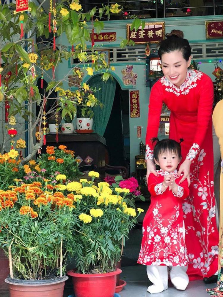 """Á hậu Diễm Trang thích thú khoe lên trang cá nhân: """"Năm nay hai mẹ con diện áo dài đỏ chót, Tết là đi từ sáng đến chiều, chúc Tết ông cố hai bên nội ngoại, rất vui ông bà đều khỏe mạnh bên con cháu""""."""
