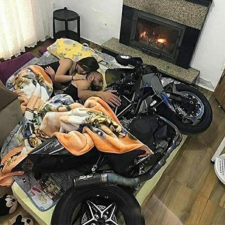 Hãy thông cảm cho tôi, ngoài vợ ra thì tôi chỉ có chiếc xe này là vật báu.