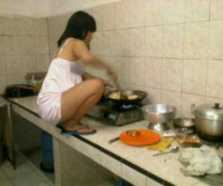 Khi mà tư thế đứng đã lỗi thời, ngồi mới chứng tỏ đẳng cấp nấu nướng.