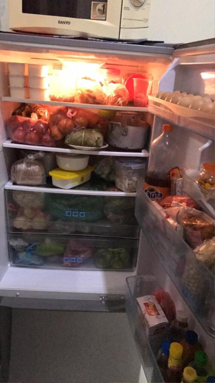 """Hình như ngày Tết mọi người đều có """"mốt"""" trang trí tủ lạnh giống nhau. Ảnh: Hồng Hạnh Trần."""