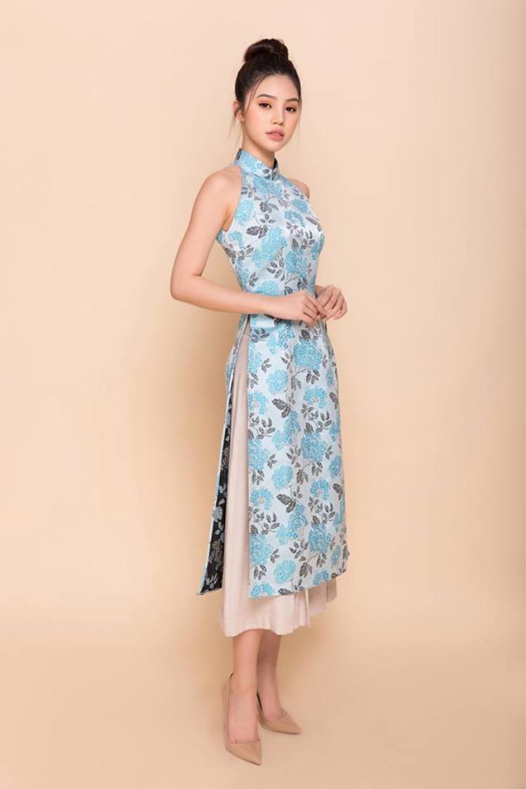 Không quá kín đáo như áo dài truyền thống, áo dài yếm là loại trang phục giúp người mặc khoe khéo được làn da, vẻ gợi cảm nhưng không hề phô phang. Trong những năm gần đây, bên cạnh các kiểu áo in hoa, áo dài trơn thông thường, các chị em còn mê mẩn áo dài cổ yếm, là sự hòa trộn duyên dáng và đầy tiện dụng giữa áo yếm và áo dài cổ điển. Tùy theo cách kết hợp mà các trang phục này mang lại các phong cách khác nhau cho người mặc.