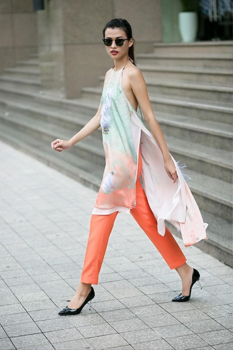 Ngoài váy, quần cũng là một items phù hợp với kiểu áo dài này, các cô nàng hoàn toàn có thể lựa chọn các kiểu quần từ dáng quần suông, hay quần ôm khi dạo phố du Xuân.