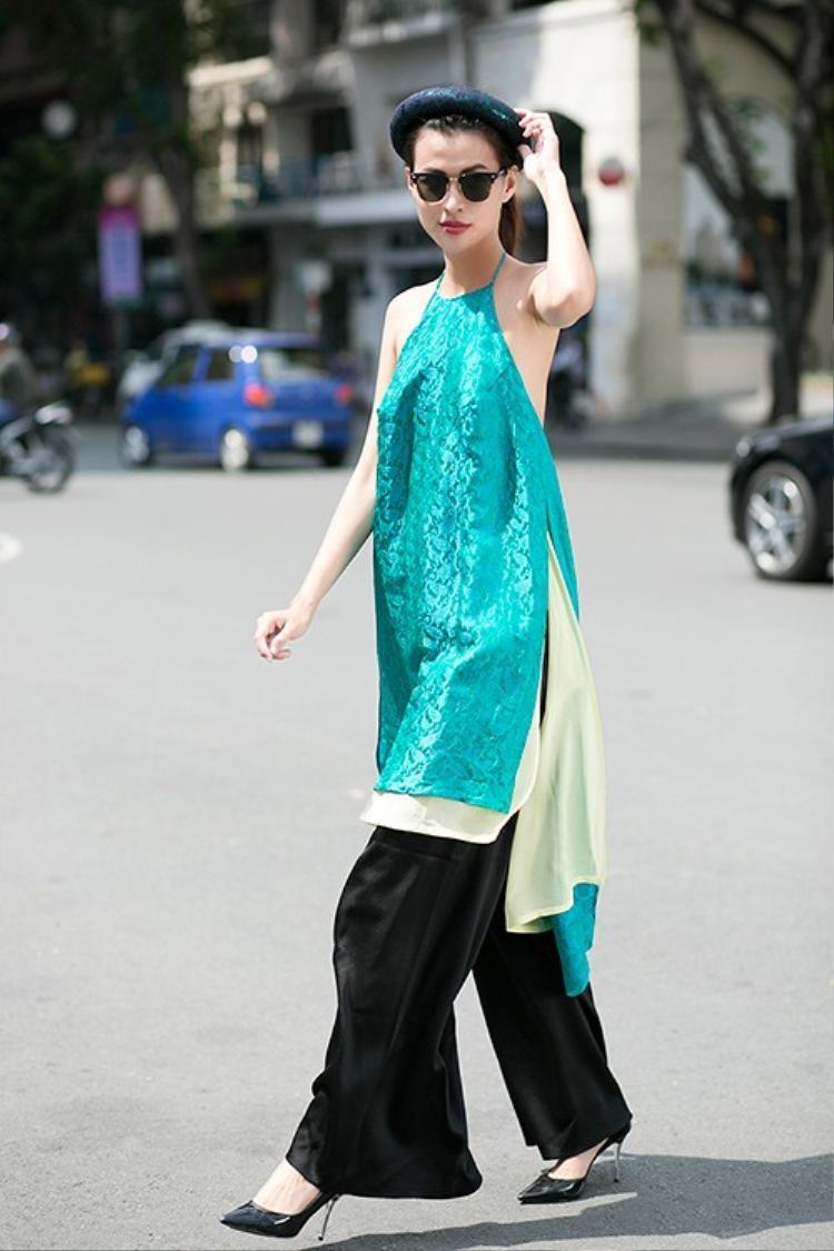 Phụ kiện đi cùng kiểu áo dài này cũng rất đa dạng, từ các loại mấn đến kính mát cá tính.