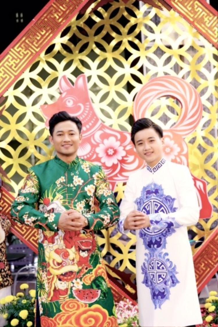 Nguyên Vũ, Quý Bình và dàn sao diện áo dài tuyền thống tản bộ ở vườn hoa Nguyễn Huệ