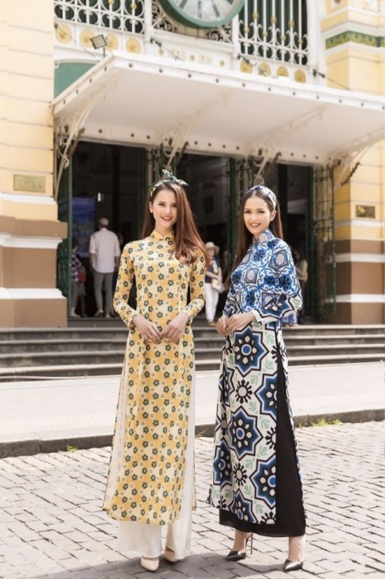 Hai quán quân Ngọc Châu - Hương Ly Tết này cũng chọn cho mình tà áo dài để xúng xính xuống phố dịp Tết cổ truyền của dân tộc. Với chiều cao lí tưởng, hai nàng mẫu tên tuổi trong làng người mẫu Việt Nam vô cùng thanh thoát trong tà áo dài ngày Tết.