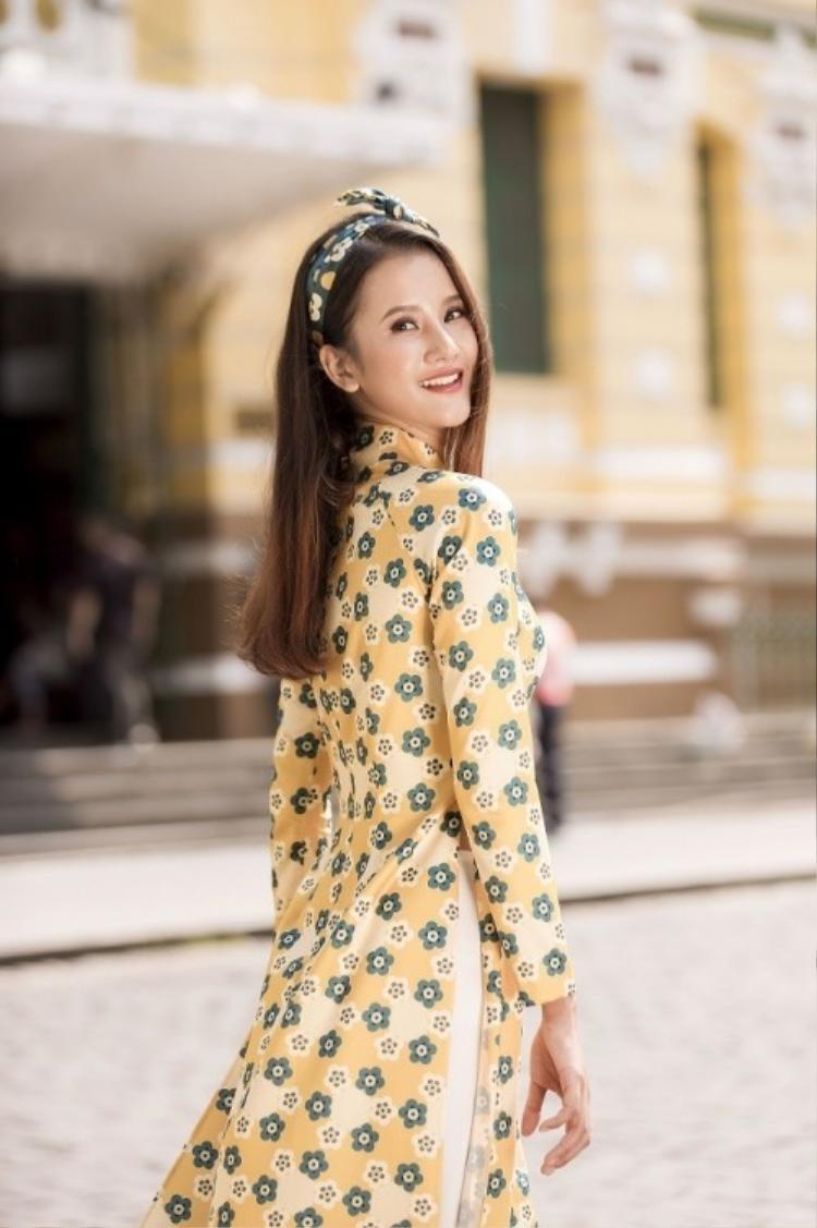 Nhờ lợi thế sở hữu nụ cười sáng, nàng mẫu Hương Ly rực rỡ trong tà áo dài sắc vàng lại càng tỏa sáng hơn mỗi khi cô nở nụ cười thật tươi chào xuân mới.