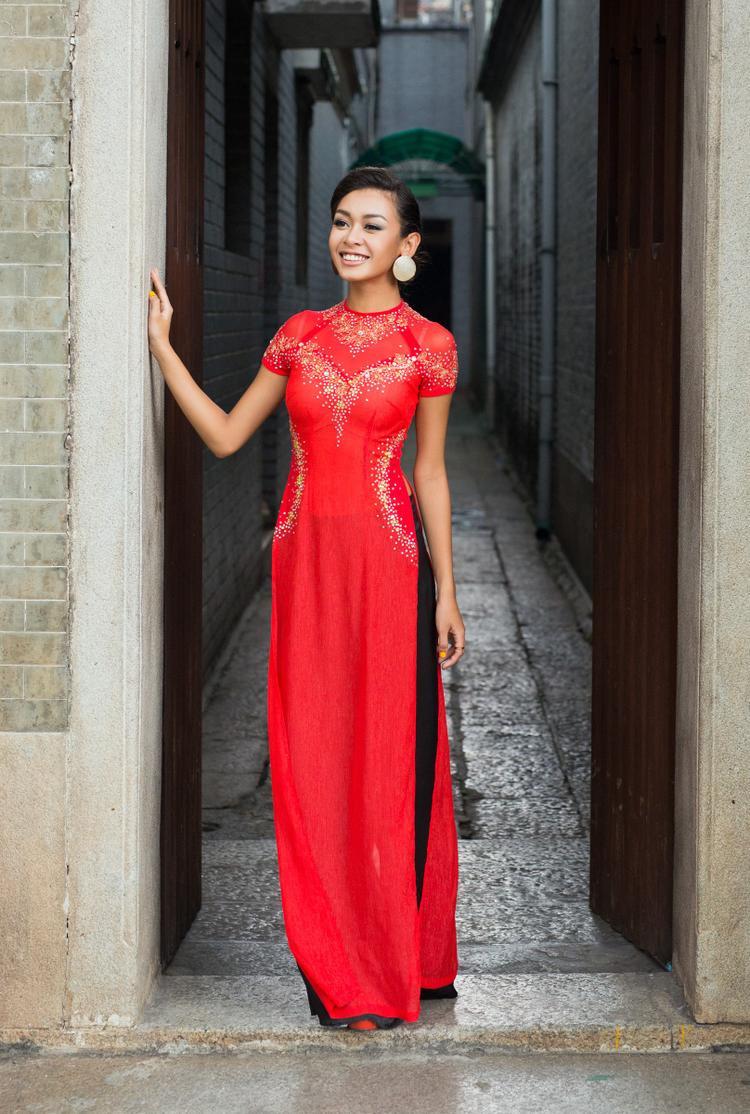 Cindy V - mỹ nhân mang 4 dòng máu rất hiếm khi mặc áo dài nhưng Tết này lại chọn cho mình chiếc áo dài sắc đỏ rực rỡ chào đón mùa Xuân trên đất Việt.