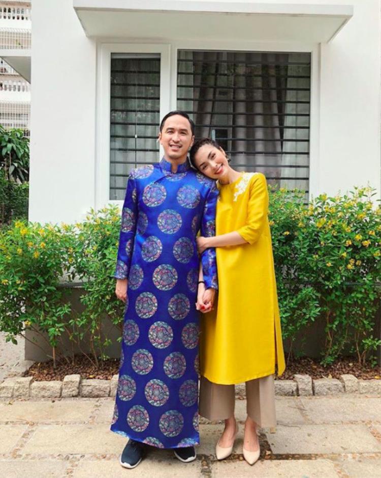 Sánh đôi bên chồng trong mùng 1 Tết, Tăng Thanh Hà diện kiểu áo dài phom suông, kết hợp quần âu màu sắc kem nhã nhặn. Vẫn là phong cách làm nên thương hiệu của Hà Tăng - đơn giản nhưng vô cùng sang trọng.