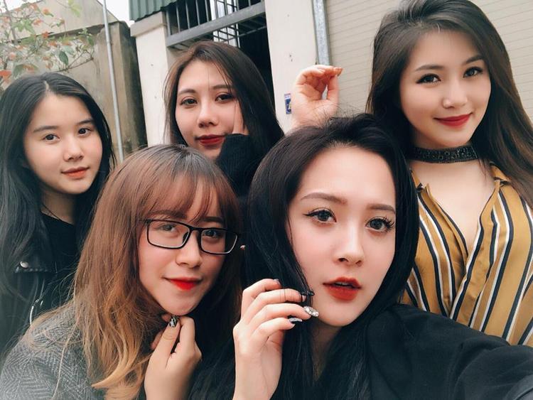 """Hương Tràm khoe ảnh chụp cùng """"hội chị em gái"""" xinh xắn như hotgirl."""