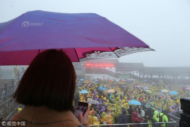 """Tuy nhiên, vào ngày Mồng 3 Tết, mặc dù trời không tạnh ráo mà lại mưa phùn gió rét, người dân vẫn mặc áo mưa, che ô đi du xuân. Ngay từ lúc 9h50 sáng, cửa ngõ giao thông phía nam tại núi Hoàng Sơn đã ùn tắc, chật kín người và xe. Lượng xe cộ quá nhiều khiến bãi đậu xe với hơn 8.000 chỗ để xe cũng """"thất thủ"""", phải đóng cửa tạm thời."""