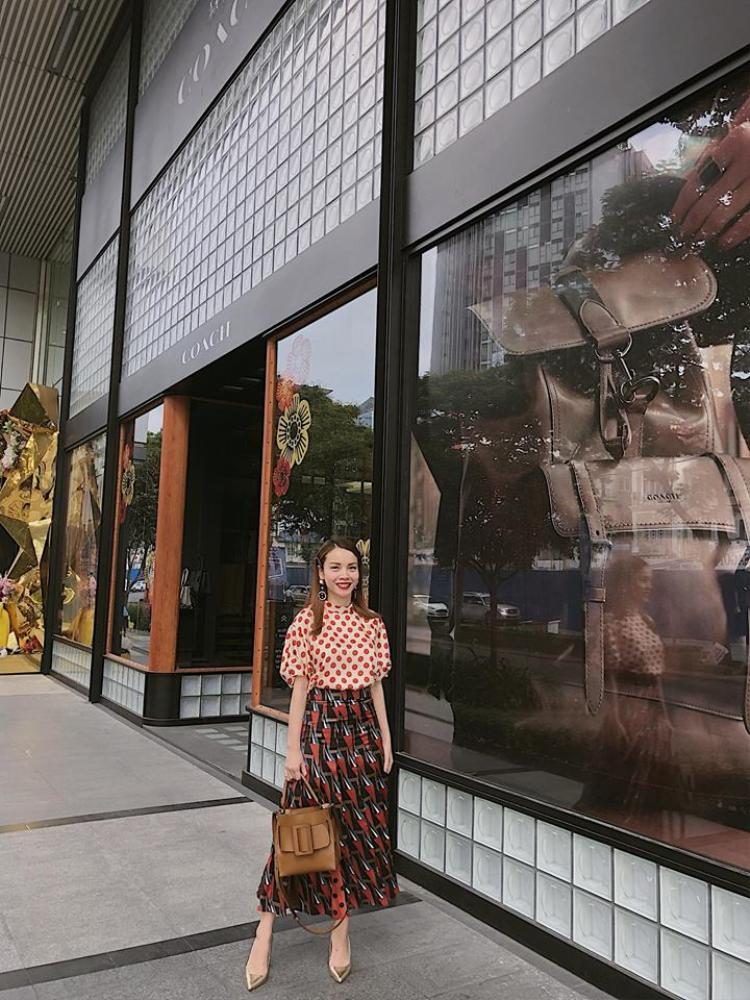 Yến Trang vẫn trung thành với style đẹp mắt từ trước tới nay. Diện áo chấm bi đỏ và chân váy midi duyên dáng, phong cách vintage của Yến Trang được rất nhiều cô gái học tập.