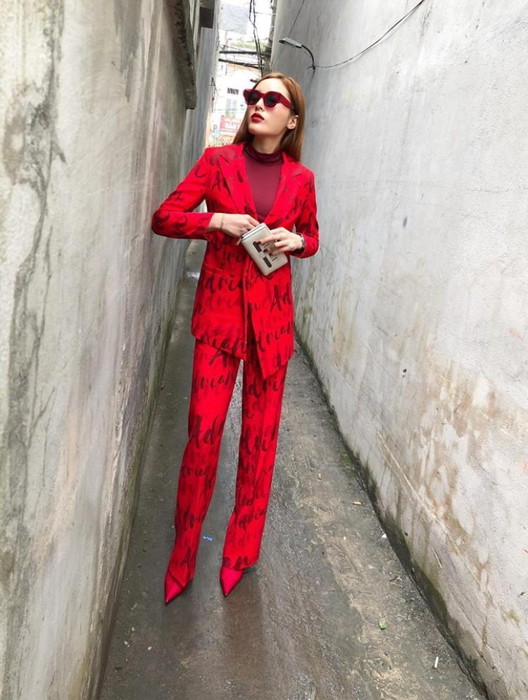 Không diện áo dài đỏ như đa số các sao nữ khác, Kỳ Duyên diện một cây suit đỏ rực nổi bần bật trong ngày đầu năm. Bộ suit phù hợp với phong cách menswear cá tính mà lịch lãm Kỳ Duyên đang theo đuổi. Thiết kế của Adrian Anh Tuấn được Duyên kết hợp với phụ kiện kính đỏ và boots cùng tông của Balenciaga
