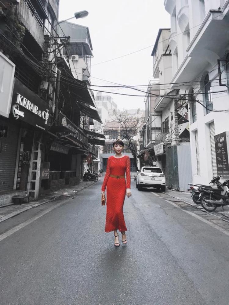 Cũng đỏ rực cả cây nhưng Tóc Tiên lại chọn một chiếc váy điệu đà ôm sát thân.