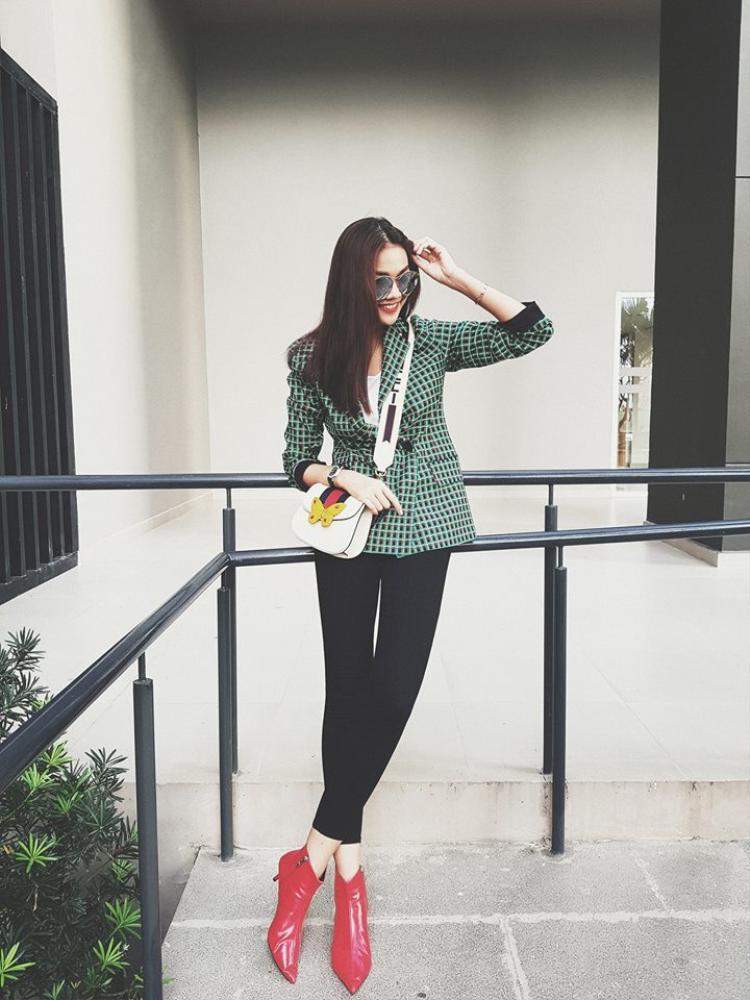 Hoặc các cô gái có thể học hỏi Thanh Hằng, chỉ cần sắm một đôi boot đỏ là vừa nổi bật lại hên đủ dùng cho cả năm.