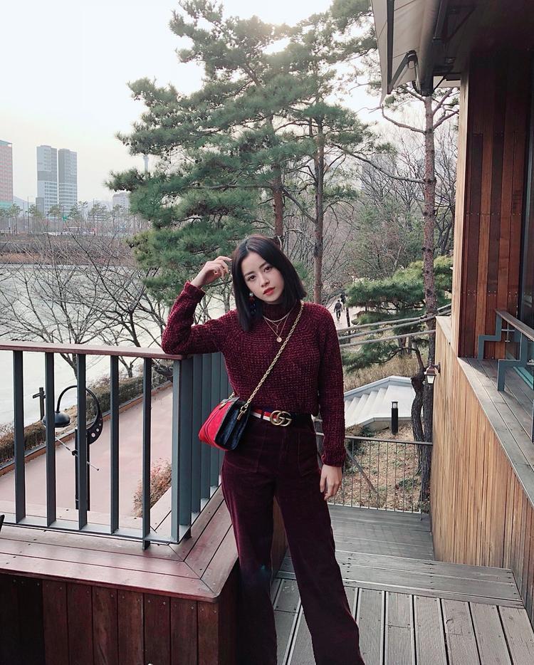 Nếu không thích đỏ tươi, các nàng hãy học hỏi Chi Pu chọn gam đỏ thẫm từ áo, quần đến túi xách sành điệu xem sao.