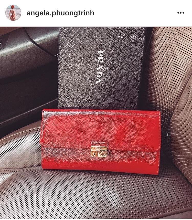 Chưa dừng lại ở đó, Angela Phương Trinh cũng vừa kịp tậu cho mình một chiếc ví da màu đỏ của Prada ngay trong những ngày đầu năm âm lịch này.