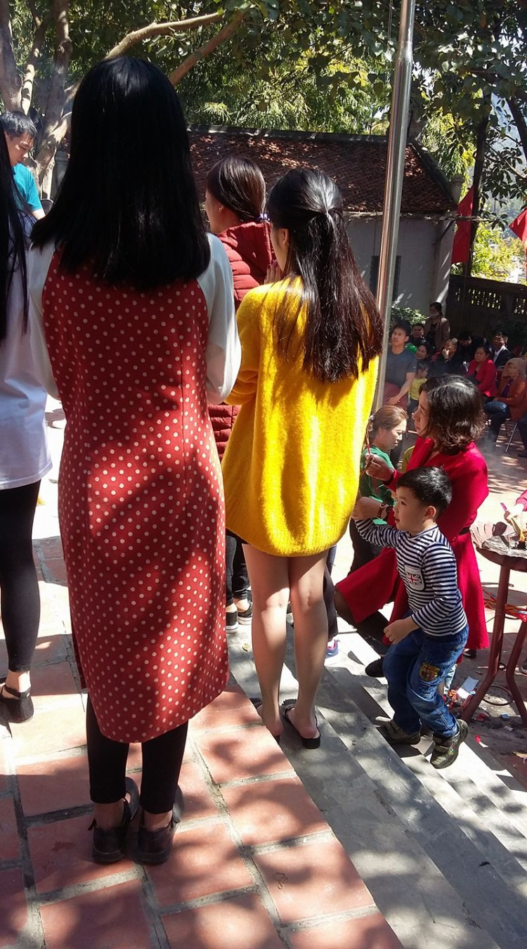 Cô gái áo vàng này còn mang cả thời trang giấu quần đến chùa.