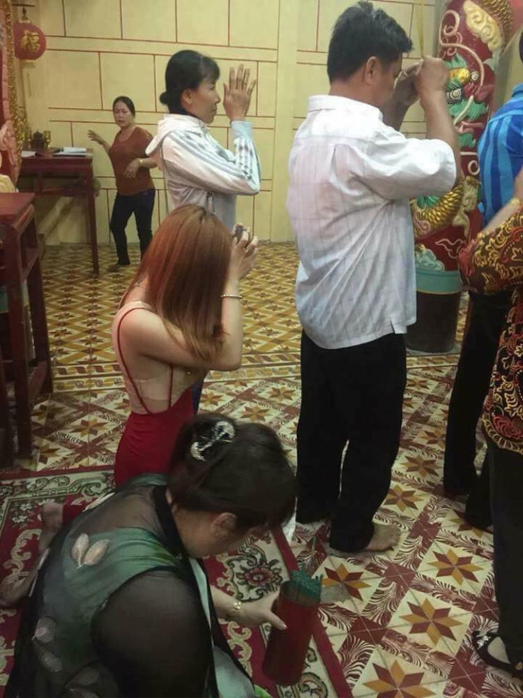 Một cô gái trẻ cũng ăn mặc hở hang, lộ nội y khi đến chùa lễ đầu năm.