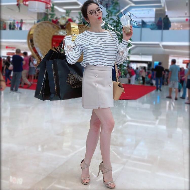 Lý Nhã Kỳ xúng xính mua sắm với trang phục đơn giản và thoải mái.