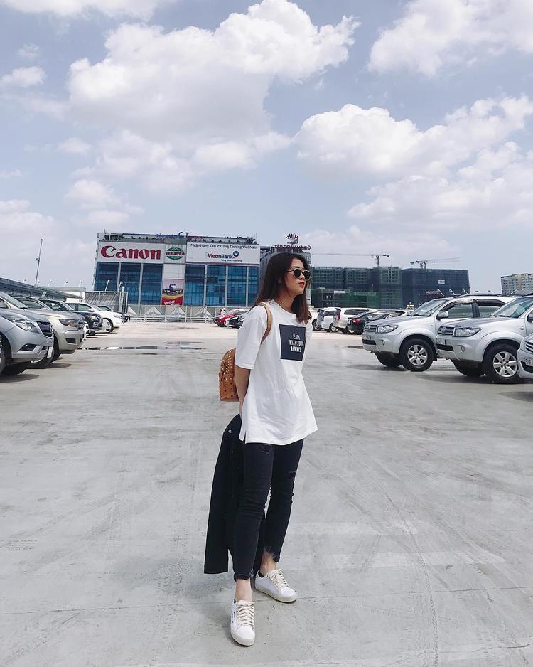 Ngọc Thảo chọn style đơn giản khỏe khoắn với áo thun trắng và giày thể thao.