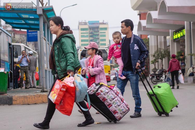 Nhiều gia đình dắt theo con nhỏ quay lại Thủ đô.