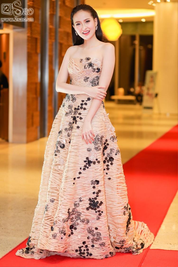 Đầm cúp ngực thiết kế nên như thể dành riêng cho Khánh Ngân vậy!