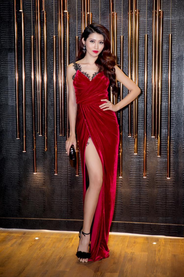 Đầm hai dây nói riêng và các thiết kế khoét ngực chữ V nói chung là sự lựa chọn thường xuyên của Quỳnh Châu. Bên cạnh đó, cô còn khéo léo chọn trang phục với gam màu nóng để tăng sự nổi bật cho bản thân.