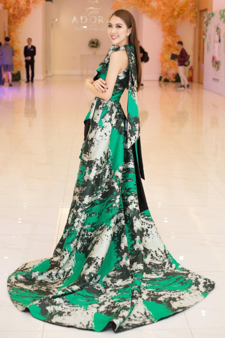 Không cần váy áo hở hang táo bạo khoe da thịt, chỉ diện những chiếc đầm có phần đuôi dài như thế này Tường Linh cũng đã khiến những người có mặt tại sự kiện khó lòng rời mắt khỏi cô.