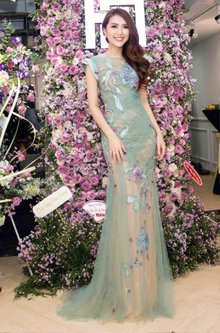 Không những mặc đẹp, Tường Linh còn biết cách chọn trang phục đồng điệu với màu sắc cùng cách trang trí tại sự kiện.